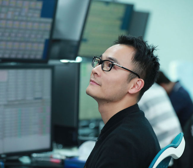Lu Xia working in the Optiver Shanghai office